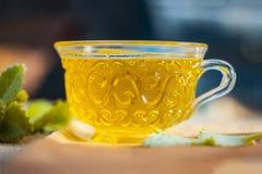 Thé d'Ajwain, ammi de Trachyspermum dans une tasse transparente avec quelques feuilles d'ajwain bonnes pour la santé, peau et pou Photo stock