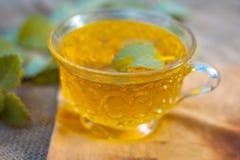 Thé d'Ajwain, ammi de Trachyspermum dans une tasse transparente avec quelques feuilles d'ajwain bonnes pour la santé, peau et pou Images stock