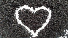 Thé d'amour Coeur d'infusion de thé noir sur un fond blanc Images libres de droits