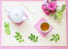 Thé d'après-midi merveilleux avec la théière et les fleurs Image libre de droits