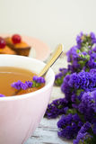 Thé d'herbe avec des wildflowers Images stock