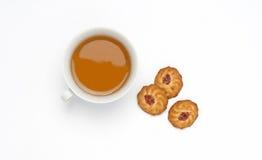 Thé dans la cuvette avec des biscuits Photo stock