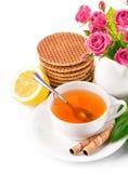 Thé dans la cuvette avec les biscuits et le citron Image libre de droits