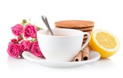 Thé dans la cuvette avec les biscuits et le citron Photo libre de droits