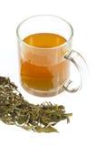 Thé dans la cuvette en verre Images stock