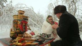 Thé dans la forêt d'hiver banque de vidéos