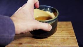 Thé dans la tasse authentique d'argile banque de vidéos