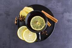 Thé dans la tasse noire avec des épices Images libres de droits