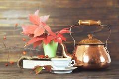 Thé dans la vieille théière de cuivre photos libres de droits