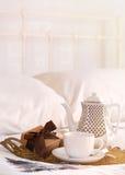 Thé dans le lit à Noël Photographie stock