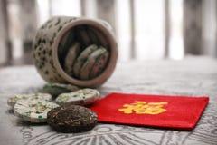 Thé dans le pot en céramique avec le caractère Photographie stock