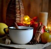 Thé dans un anis de tasse, de sucre, de cannelle, de pommes, de miel et d'étoile en métal sur une serviette Image stock