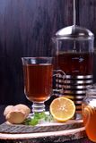 Thé dans un verre et dans un pot français de presse photos stock
