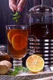 Thé dans un verre et dans un pot français de presse photographie stock libre de droits