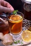 Thé dans un verre et dans un pot français de presse photo libre de droits