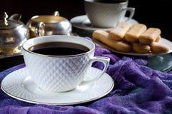 thé dans une tasse blanche Une photo foncée Images stock
