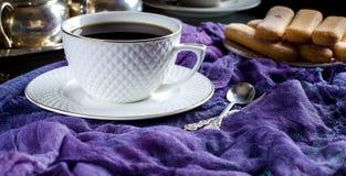 thé dans une tasse blanche Une photo foncée Photographie stock libre de droits
