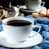 thé dans une tasse blanche Une photo foncée Image stock