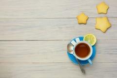 Thé dans une tasse bleue Image libre de droits