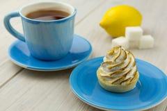 Thé dans une tasse bleue Photos stock