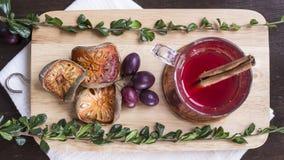 Thé de baie avec du raisin, la cannelle et le balefruit sec sur couper b Images libres de droits