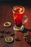 Thé de baie avec les groseilles, les framboises et les fraises fraîches Tasse avec des fruits et des baies Photos libres de droits