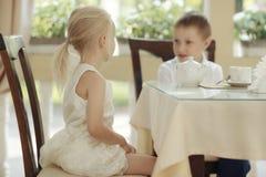 Thé de boissons d'enfants en café Photographie stock