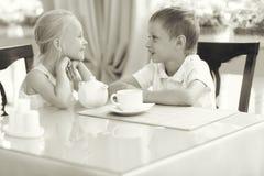 Thé de boissons d'enfants en café Photographie stock libre de droits