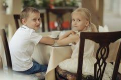 Thé de boissons d'enfants en café Photo libre de droits
