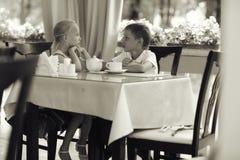 Thé de boissons d'enfants en café Images libres de droits