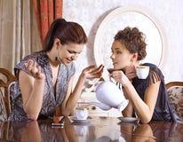Thé de boissons de deux amies Photographie stock libre de droits