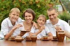 Thé de boissons de famille ensemble dehors Images libres de droits