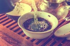 Thé de brassage avec l'eau bouillante dans gaiwan en céramique Images libres de droits