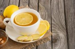 Thé de camomille avec le citron, le gingembre et le miel Images stock