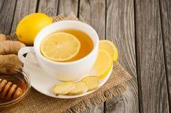 Thé de camomille avec le citron, le gingembre et le miel Photographie stock libre de droits