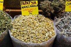 Thé de camomille dans le bazar égyptien d'épice Images libres de droits