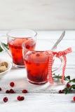 Thé de canneberge de Noël sur les conseils image stock