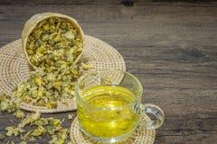 Thé de chrysanthème sur le fond en bois Photographie stock libre de droits