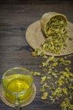 Thé de chrysanthème sur le fond en bois Photo stock
