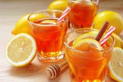 Thé de citron avec la tranche de citron frais Photo stock