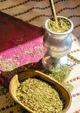 Thé de compagnon avec de diverses herbes, photo stock