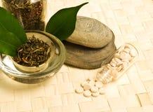 Thé de fines herbes et tablettes images stock