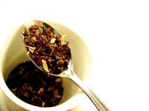 Thé de fines herbes sur la cuillère Photo libre de droits