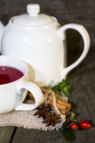 Thé de fruit avec la théière Photo stock