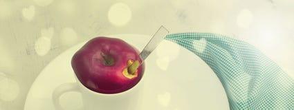 Thé de fruit de bannière dans une tasse blanche avec un couvercle d'Apple Image stock