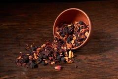 Thé de fruit dans une cuvette d'argile sur une table en bois et un fond noir Foyer sélectif photographie stock libre de droits