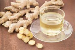 Thé de gingembre avec les racines découpées et rectifiées en tranches - officinale de Zingiber Photo stock