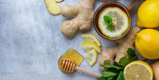 Thé de gingembre dans un verre pendant des jours d'hiver froids de grippe Photos libres de droits