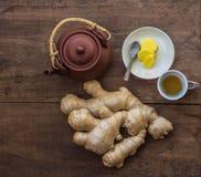 Thé de gingembre fait avec la racine fraîche Photographie stock libre de droits