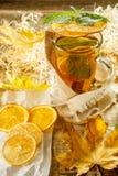 Thé de glace avec l'éclaboussure de citron Thé jaune chaud avec le citron et beaucoup SL Images stock